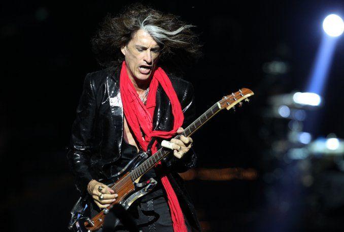 Impactante video: el guitarrista de Aerosmith se desplomó sobre el escenario