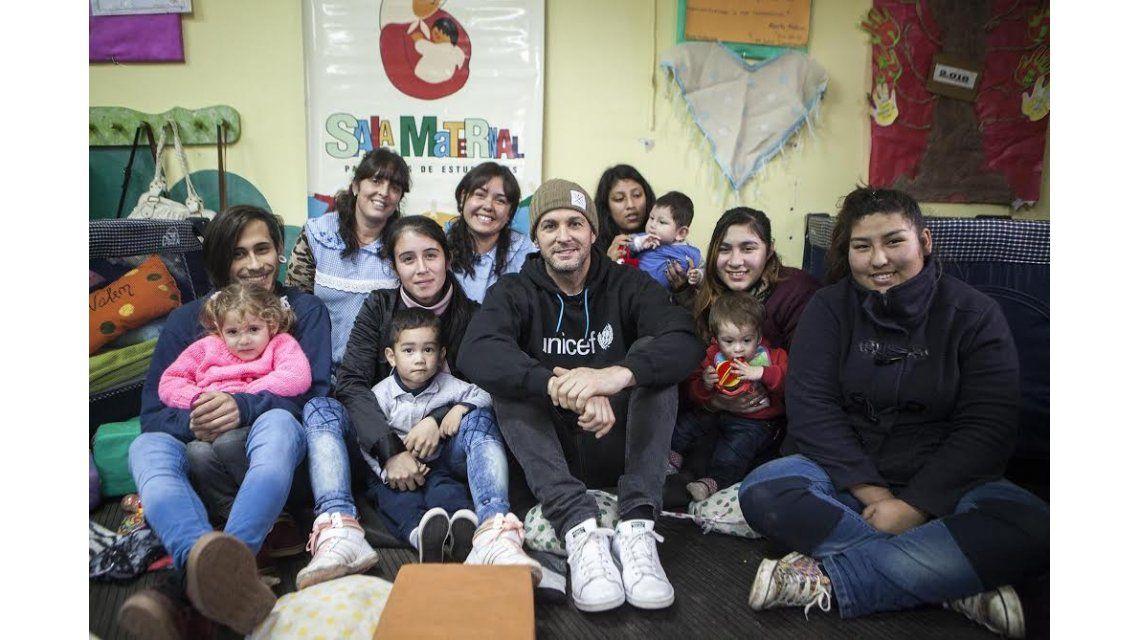 Axel visitó una sala maternal junto a UNICEF