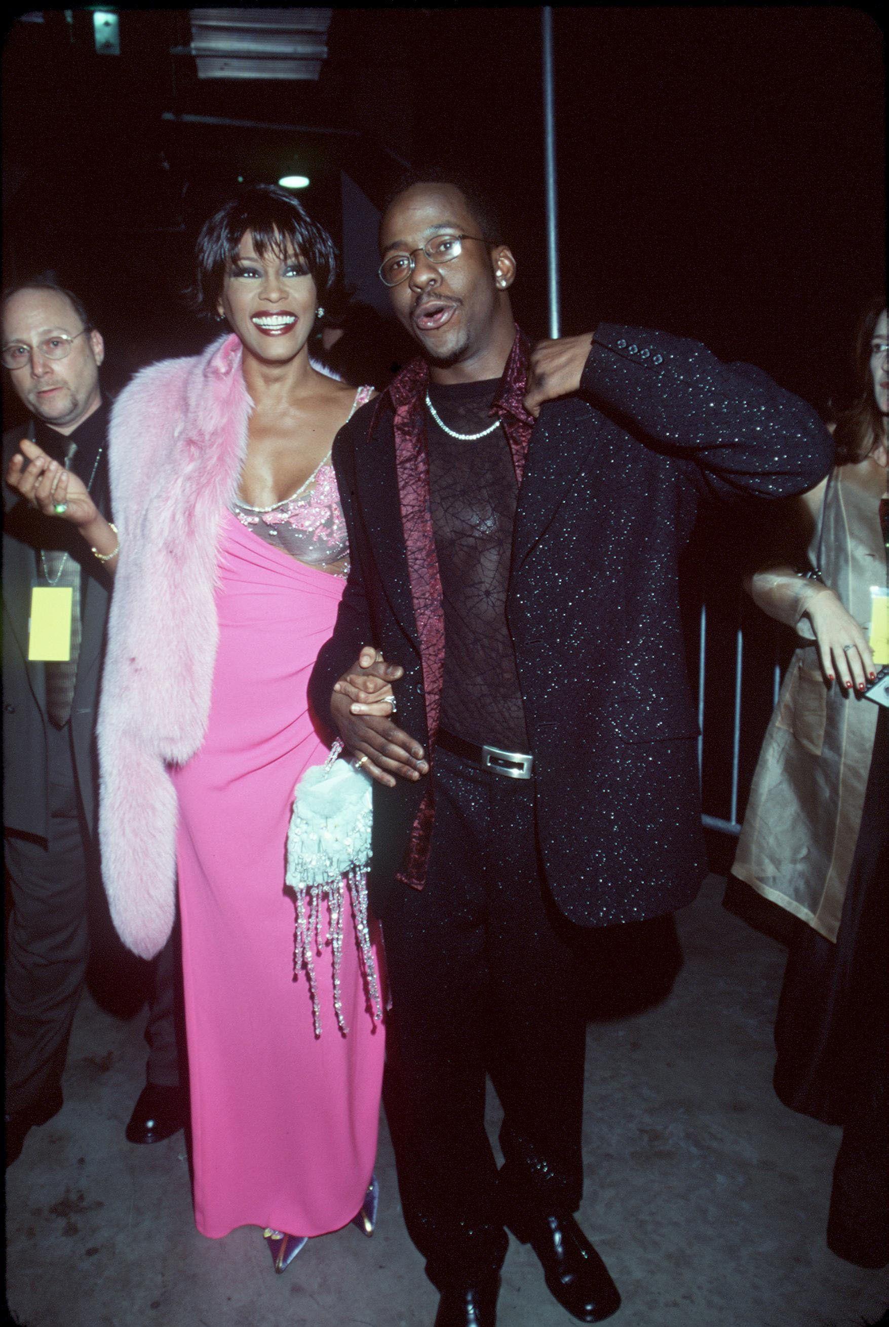 El ex de Whitney Houston reveló que ella le fue infiel y lo hacía consumir cocaína en su autobiografía
