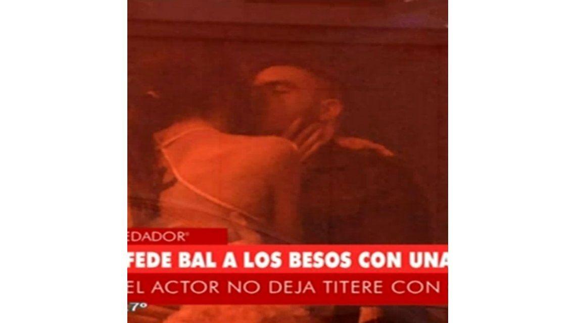 En medio del conflicto legal con Barbie Vélez, Federico Bal, a los besos con una modelo en un boliche