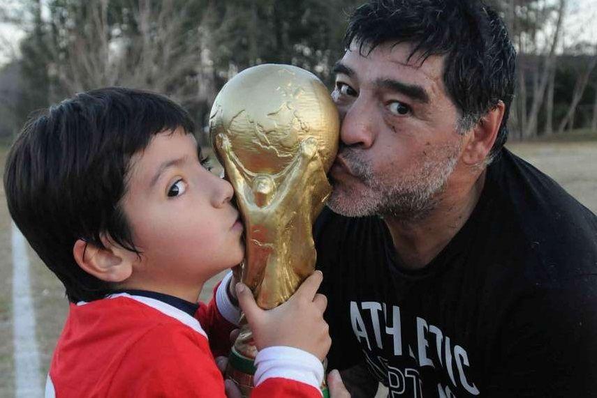 Diego Maradona posó con Dalma, Gianinna, Benjamín y Rocío en homenaje a La mano de Dios