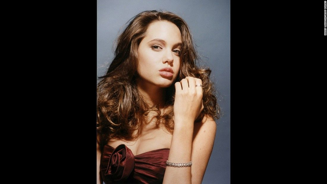 Salen a la luz fotos de Angelina Jolie en una producción, muy sexy, antes de ser famosa