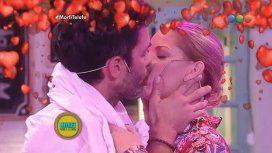 Mariano Martínez le rompió la boca de un beso a Carina Zampini en vivo