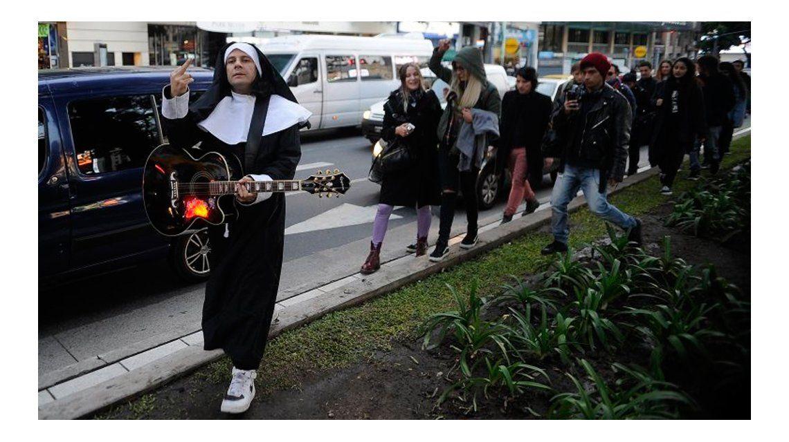 Acusado de abuso sexual, Cristian Aldana apareció en una marcha en su contra vestido de monja