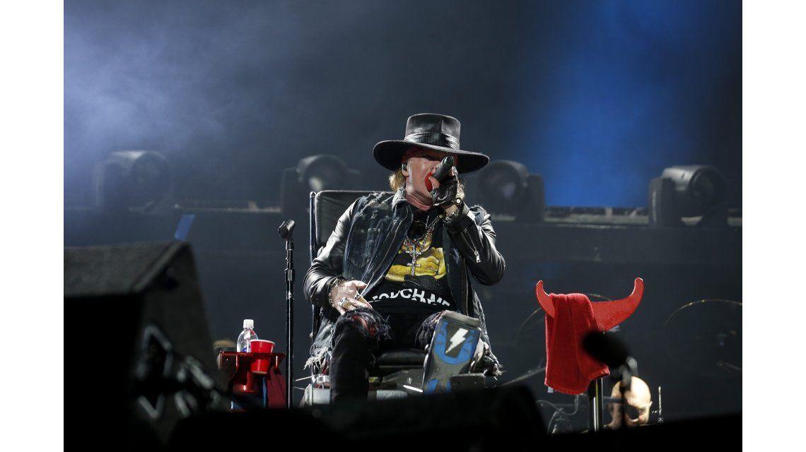 Insólito debut de Axl Rose como vocalista de AC/DC: cantó sentado en un silla por una fractura