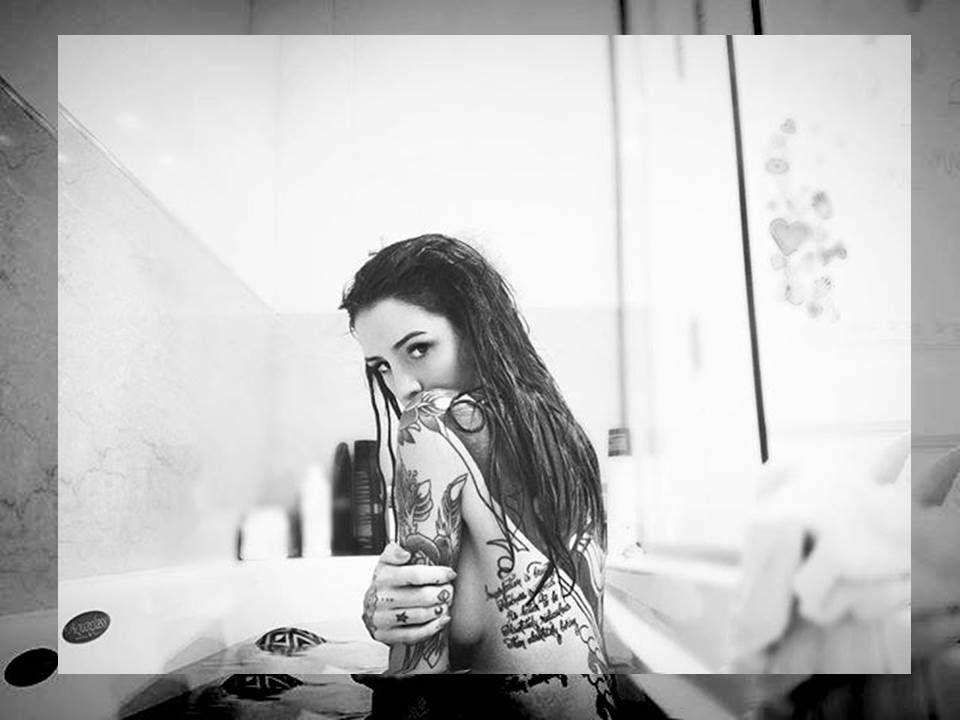 La sensual foto de Candelaria Tinelli: mirada pícara y desnuda en la bañera