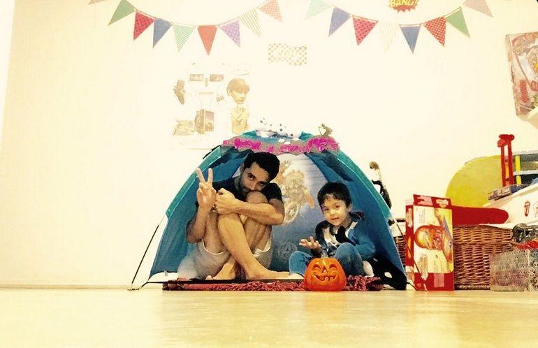 El camping improvisado que armó Gonzalo Heredia en el living de su casa con su hijo Eloy