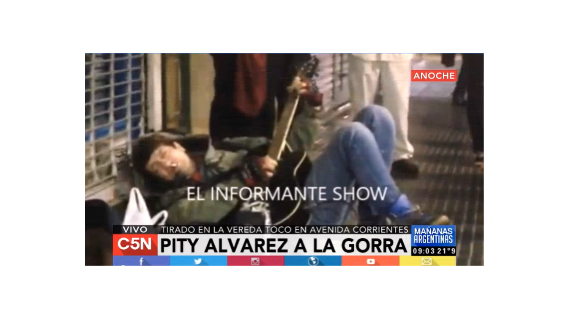 Tirado en la vereda, Pity Álvarez tocó en la calle Corrientes