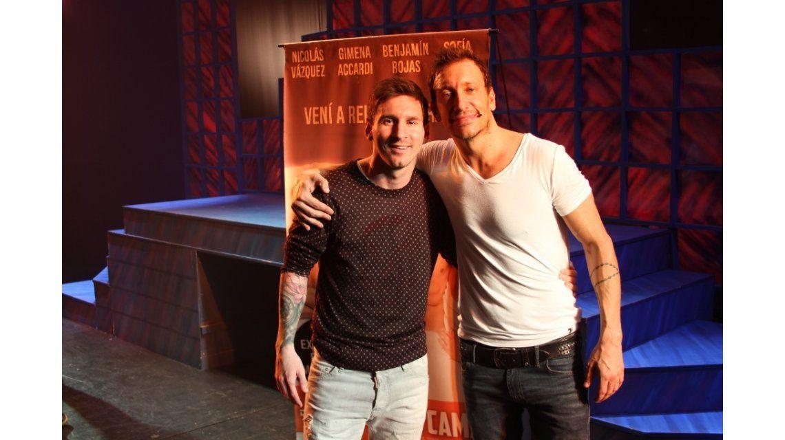 La noche de teatro de Lionel Messi: saludo desde el escenario con Nico Vázquez y revolución en calle Corrientes