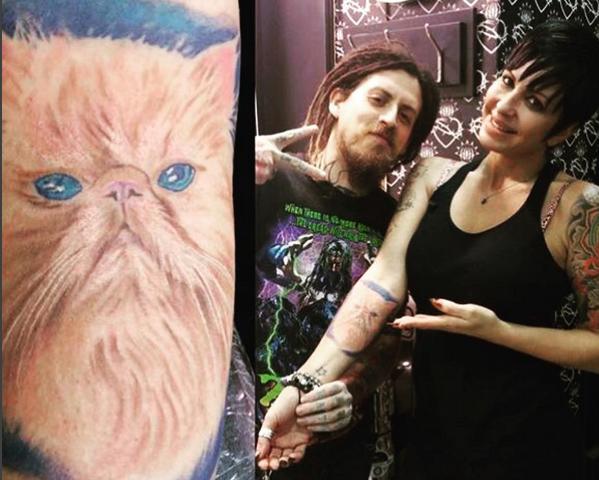 Daniela Cardone se hizo un gran tatuaje de su gato, después de embalsamarlo