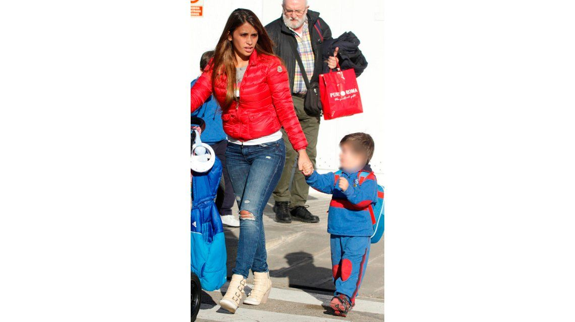 Papás babosos: Lionel Messi y Luis Suárez junto a sus hijos a la salida del kinder