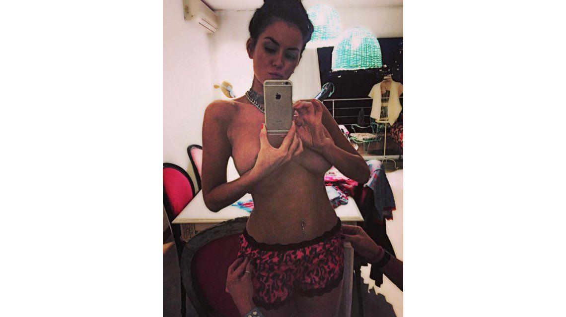 El topless de Karina Jelinek y unas manos misteriosas