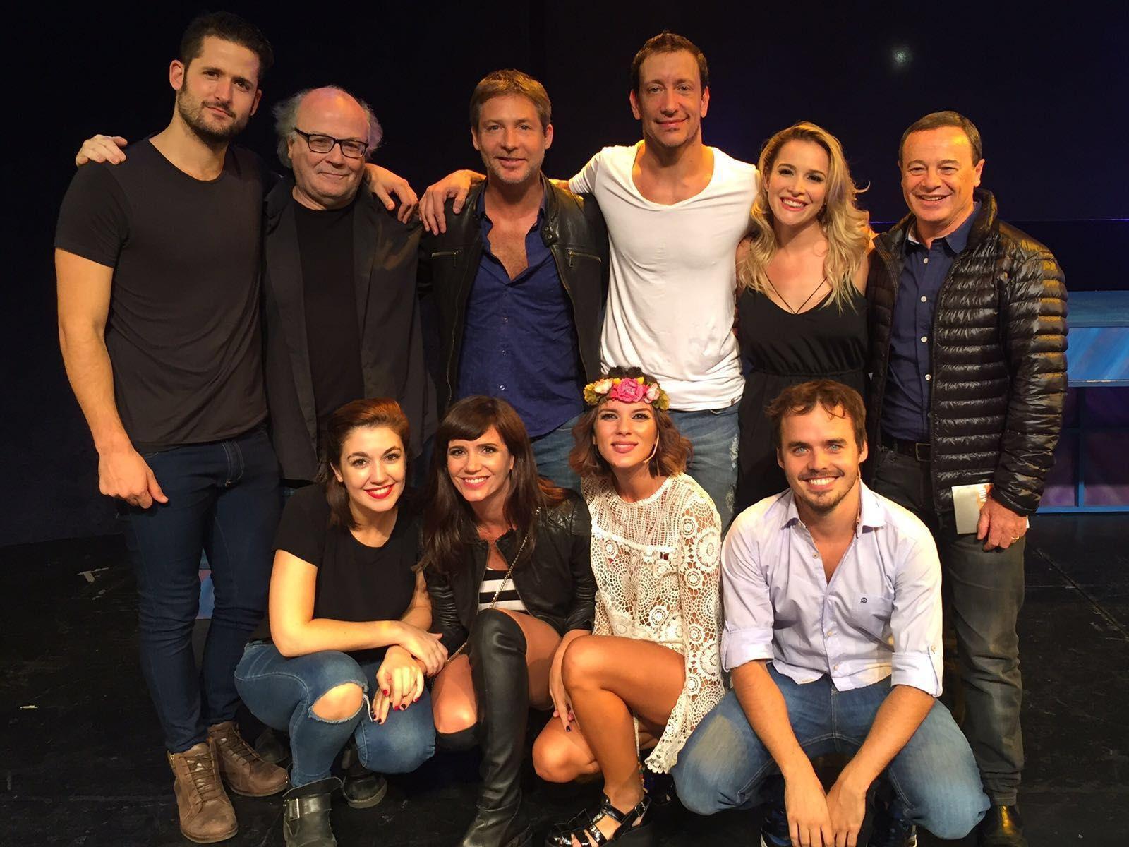 La divertida salida de Adrián Suar y Griselda Siciliani: noche de teatro y risas con amigos