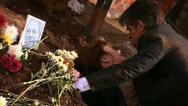 Pablo Echarri y Nancy Dupláa, en el barro: dramática escena sobre una tumba en La Leona