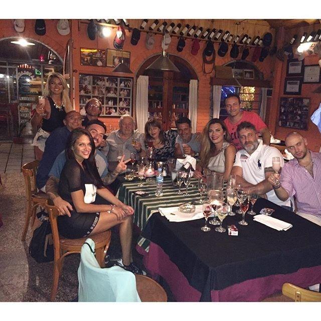 Fede Bal y Barbie Vélez, ¿otra vez juntos?: cena con el elenco y manito en offside
