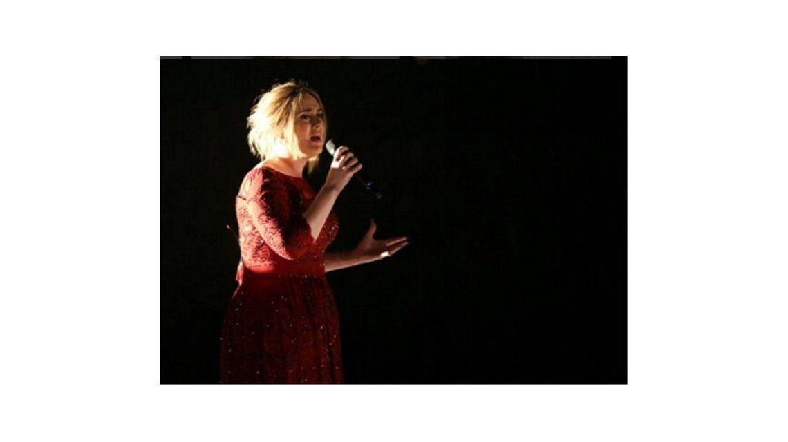 Adele tuvo problemas técnicos y desafinó en los Grammys