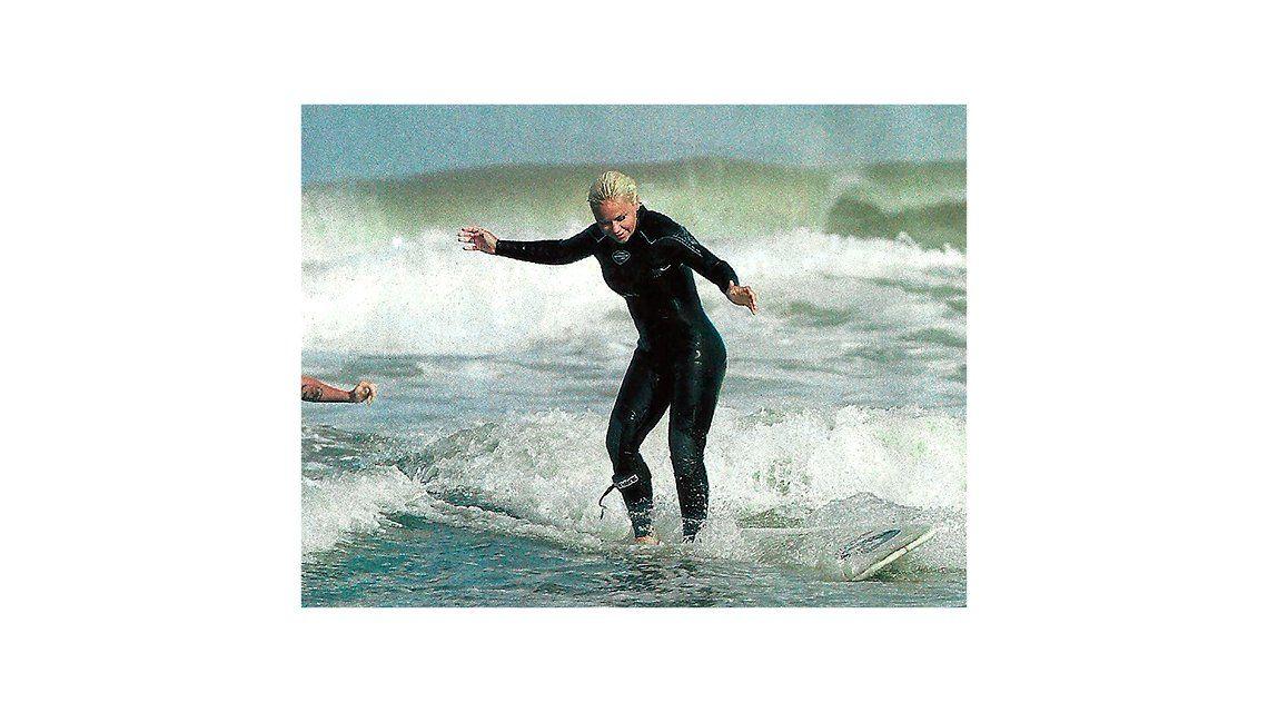 Después del bigote, las fotos de Verónica Ojeda surfeando en la playa