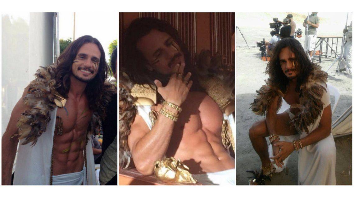 Los días de Christian Sancho en el desierto: plumas, pelo suelto y abdominales marcadísimos