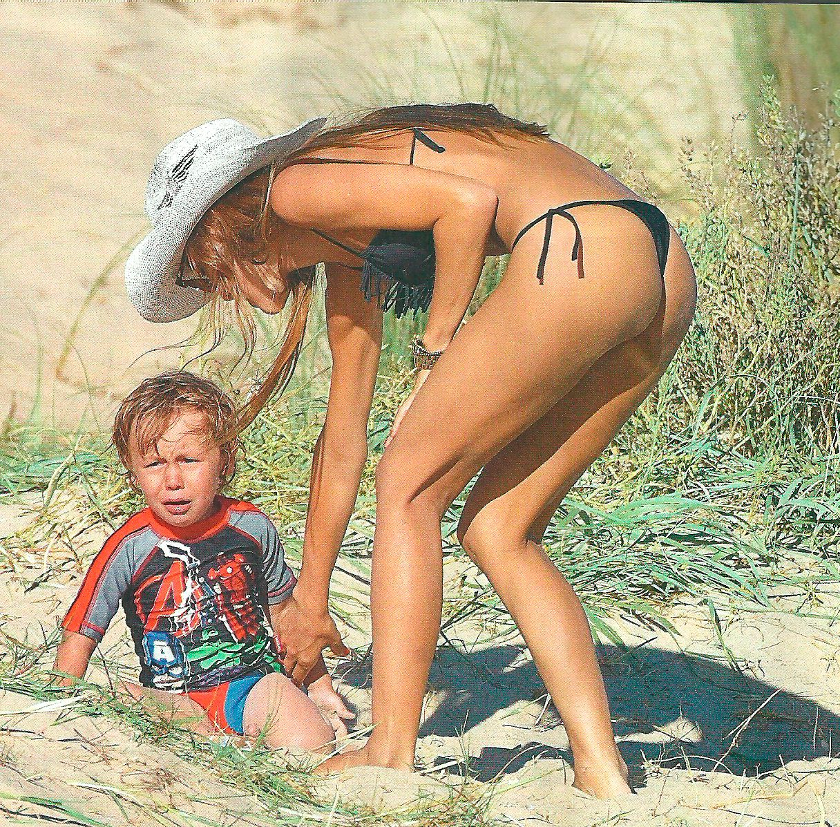Pampita, on fire: jugadas poses en la playa de la soltera más codiciada