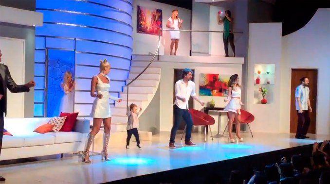 El gracioso baile de Olivia, la hija de Pedro Alfonso y Paula Chaves en el teatro