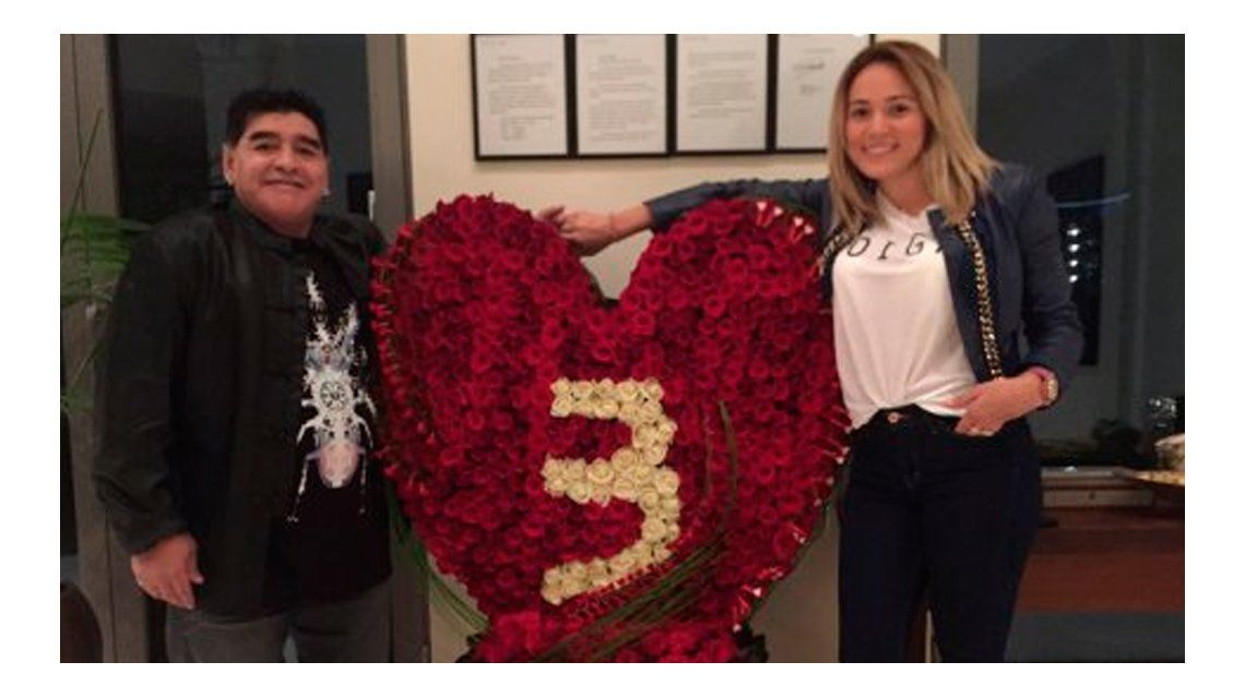 Diego Maradona y Rocío Oliva celebraron su tercer aniversario: el excéntrico festejo