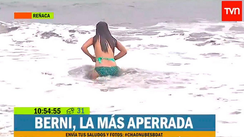 Estalló el verano: una notera se zambulló en el mar y perdió la bikini