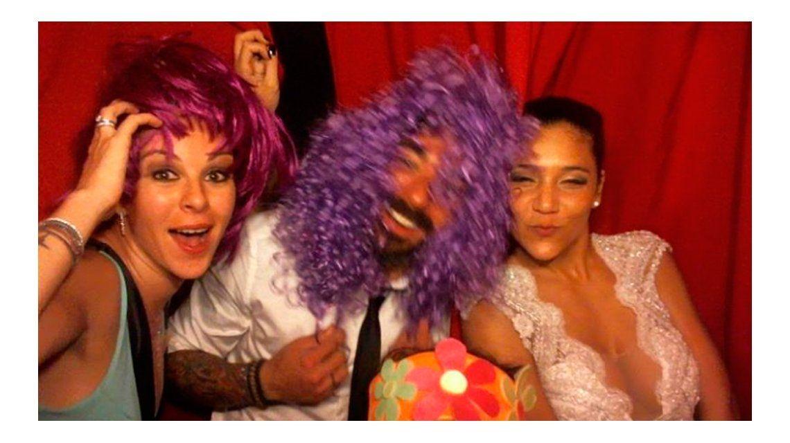 En medio de la crisis, aparecieron fotos de Pocho Lavezzi y Yanina Screpante en un casamiento