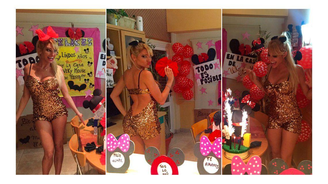 Las fotos del cumpleaños de Vicky Xipolitakis: globos, graciosos carteles y torta de Minnie
