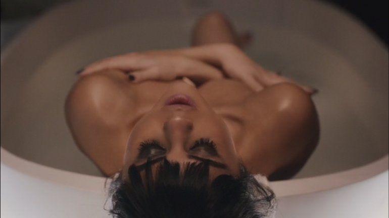 El sensual video de Selena Gomez, desnuda con un hombre
