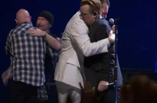 Eagles of Death Metal tocó con U2 en Paris: emotivo abrazo con Bono