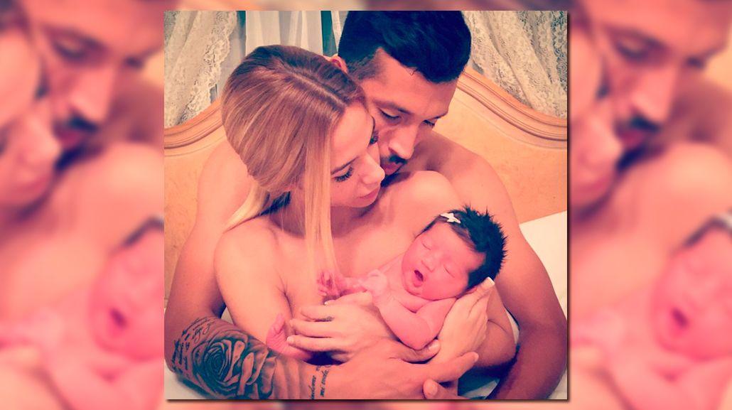 Ezequiel Garay y su esposa, Tamara Gorro, presentaron a su hija Shaila