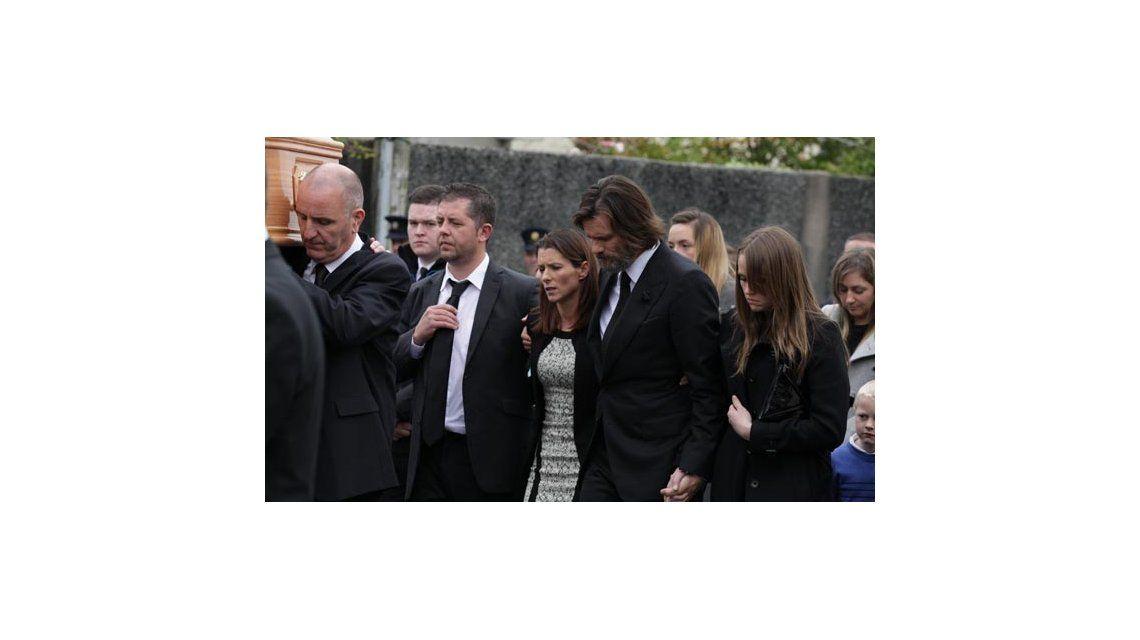 Las fotos de Jim Carrey llevando el cajón en el entierro de su ex novia, Cathriona White