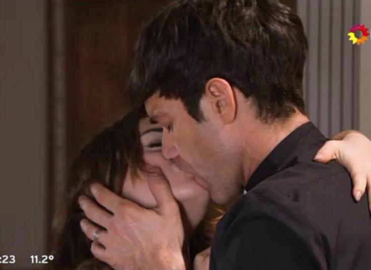 El apasionado (y largo) beso entre Esperanza y Tomás, antes de ser nombrado obispo