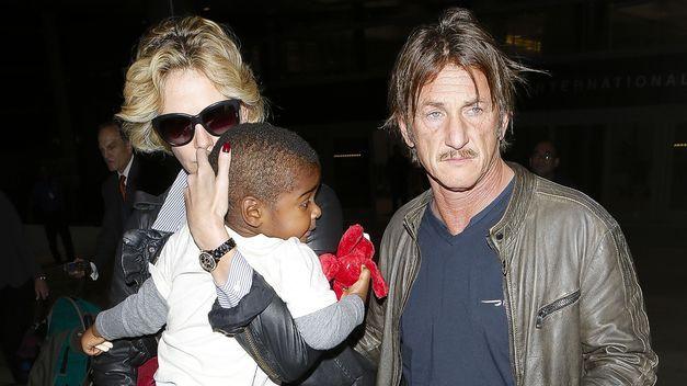 Separada de Sean Penn, Charlize Theron adoptó una niña