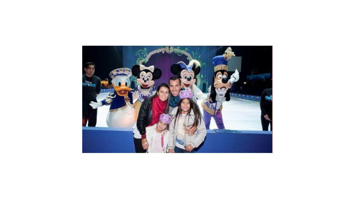 Carlitos Tevez fue con su familia a ver Disney On Ice