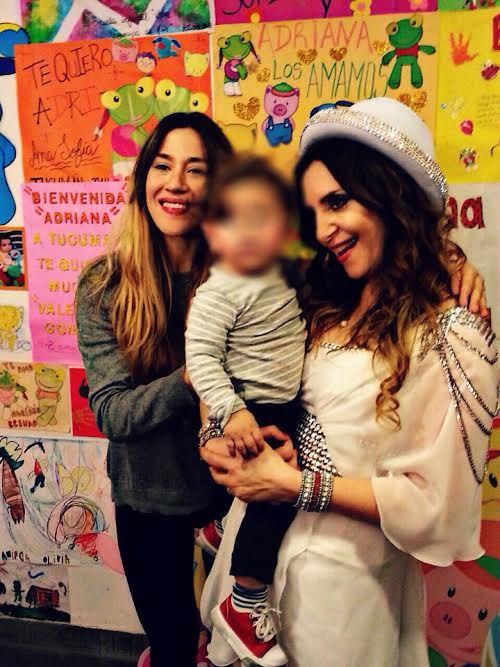 Las fotos de Paula, Peter y Jimena Barón con sus hijos en el teatro