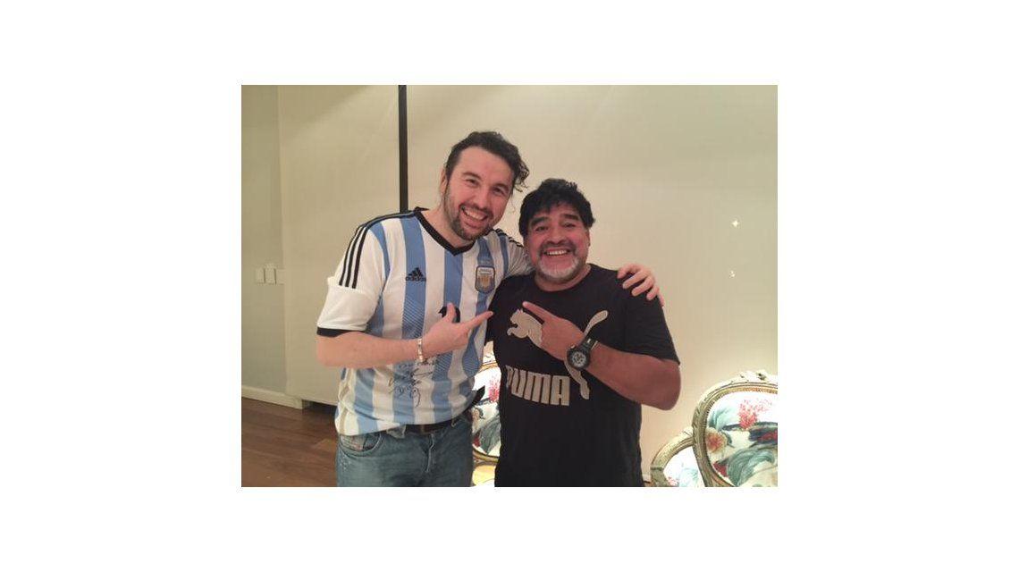Ergün Demir no se va más: ahora se saca fotos con Maradona y lo quieren para hacer teatro en Carlos Paz