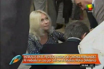 El tropezón que fue caída: Mirá el blooper de Ana Rosenfeld en el casamiento de Cinthia Fernández y Matías Defederico