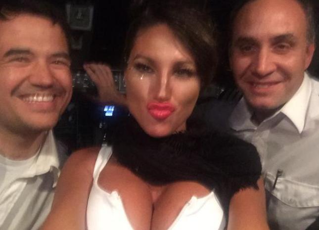 Escándalo con dos pilotos y  Vicky Xipolitakis en la cabina de un avión en pleno vuelo