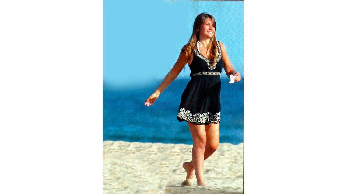 Junto a Lionel y Thiago Messi, Antonella Roccuzzo lució su pancita en las playas de Barcelona