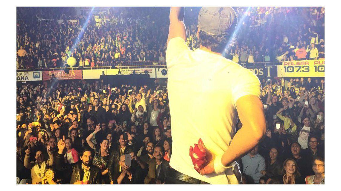 Las impresionantes fotos de Enrique Iglesias ensangrentado durante un show