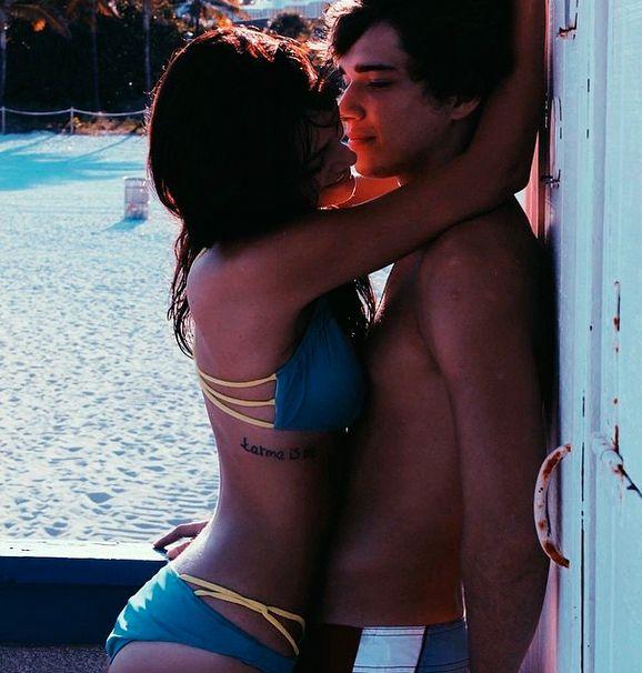 Oriana Sabatini y Julián Serrano, reencuentro caliente en la playa