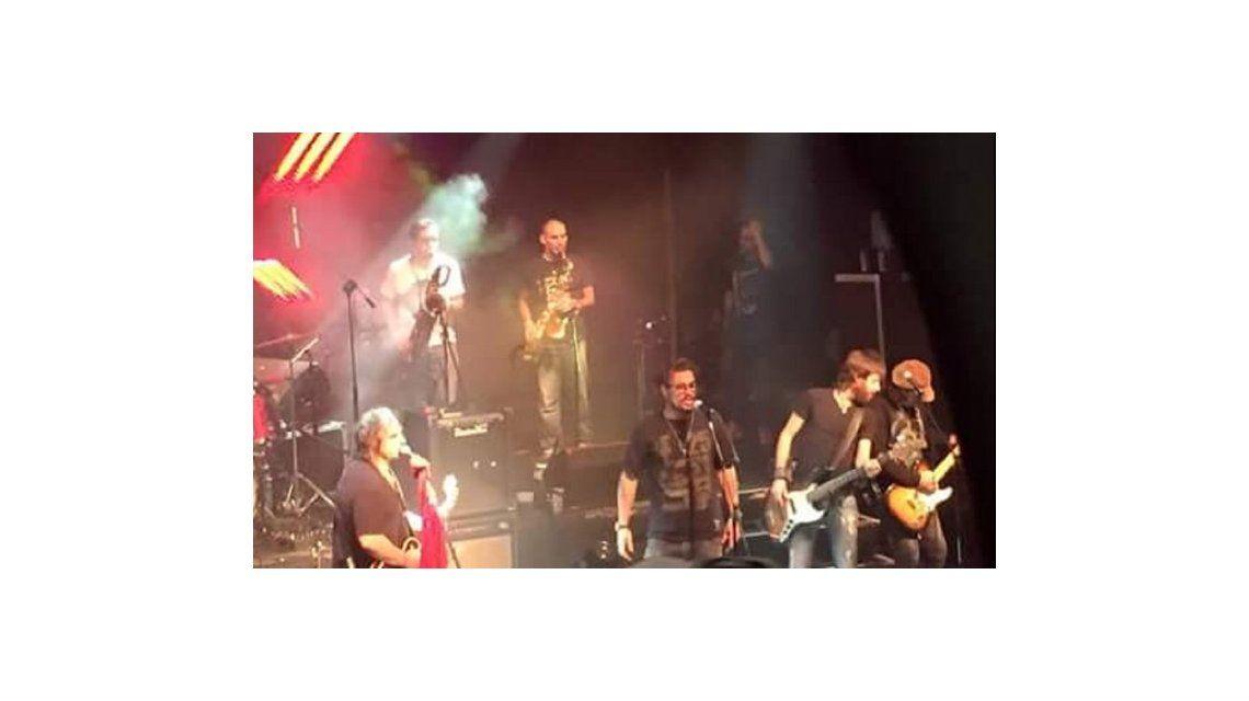 Puro rock: Daniel Osvaldo se subió al escenario y cantó junto a La 25
