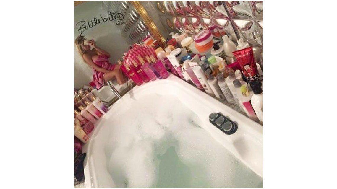 En medio de la crisis de sus padres y el robo millonario, Charlotte Caniggia ostenta en la ducha