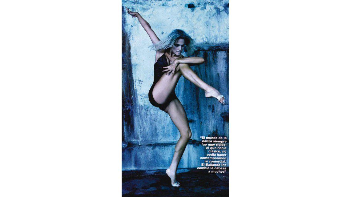 La mujer linda da danza de regazo desnuda
