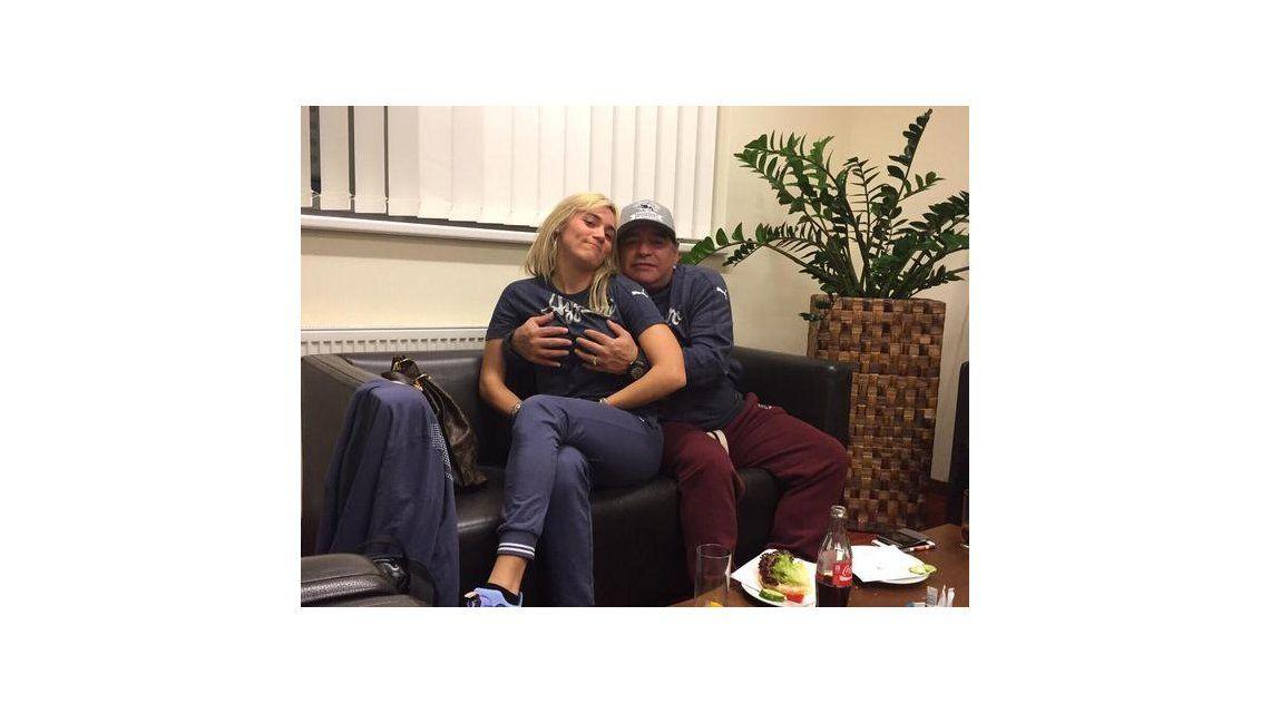 ¿Otra vez la mano de Dios? La nueva foto hot de Diego Maradona y Rocío Oliva