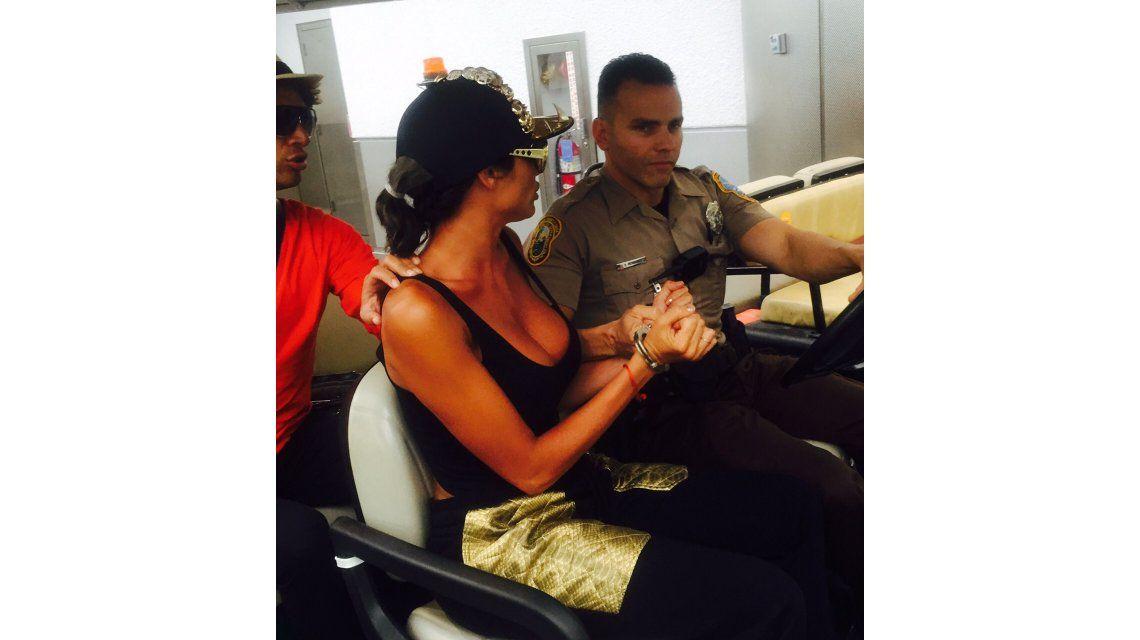 Escándalo: Vicky Xipolitakis, detenida y esposada en el aeropuerto de Miami