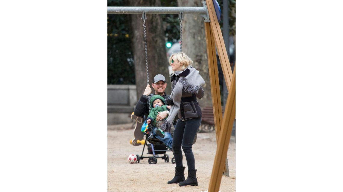 Las divertidas fotos de Luisana Lopilato, Michael Bublé y Noah en Madrid: juegos en la plaza