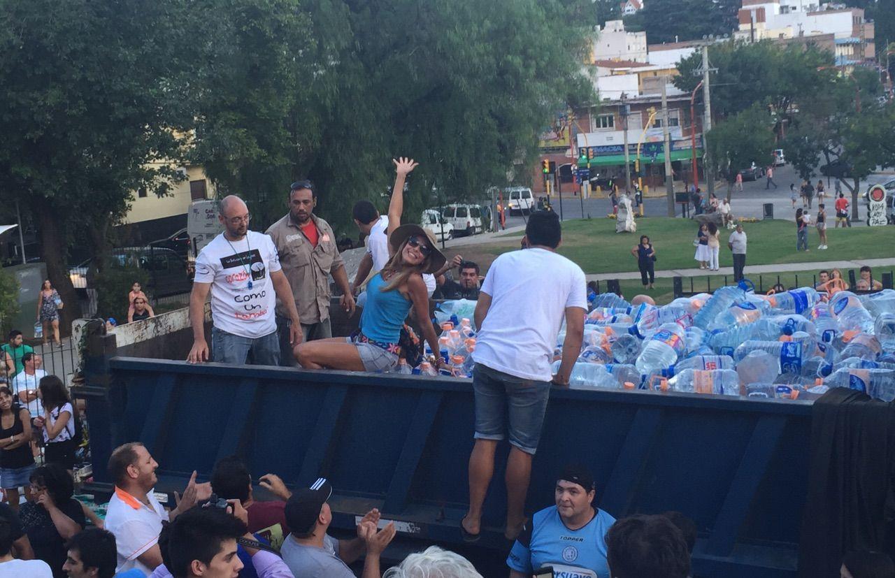 Los actores juntaron ocho camiones repletos de mercadería para los inundados