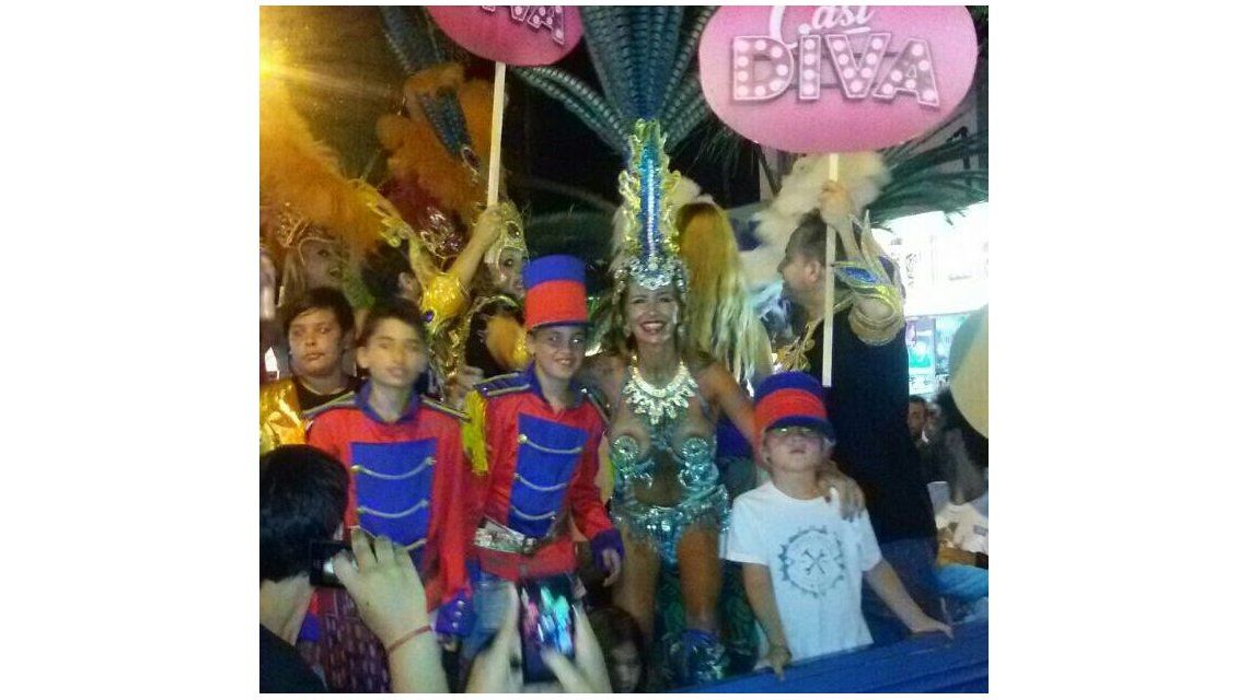 Florencia Peña llevó los carnavales a Córdoba y salió en carroza con su elenco de Casi diva
